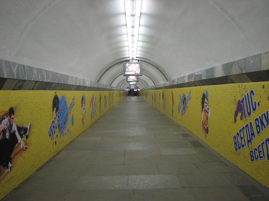 реклама в метро брендирование тоннеля между станциями